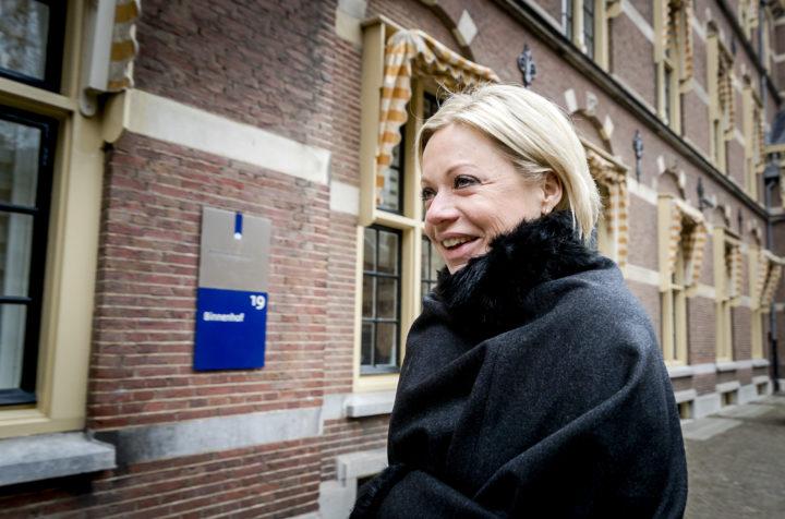 2017-02-10 10:25:43 DEN HAAG - Minister Jeanine Hennis Plasschaert van Defensie bij aankomst op het Binnenhof voor de wekelijkse ministerraad. ANP REMKO DE WAAL