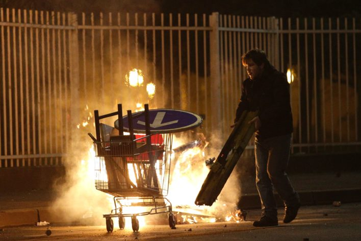 De protesten gingen door tot diep in de nacht Foto: AFP