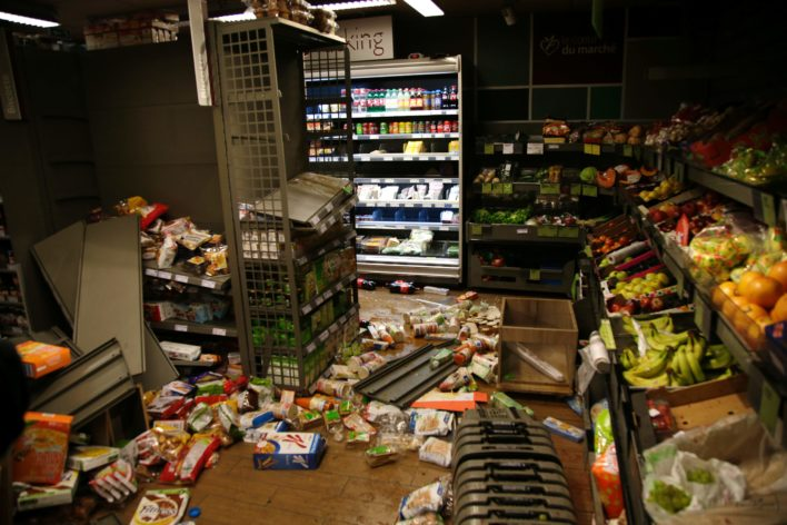 Een van de geplunderde winkels. De demonstranten namen voornamelijk alcohol en sigaretten mee Foto: AFP