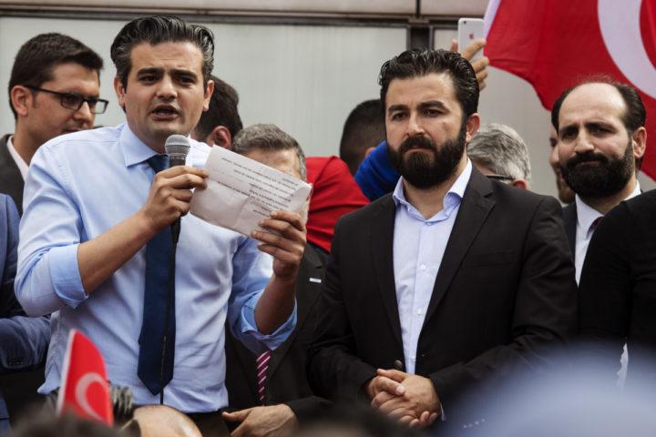 2016-07-16 16:46:13 ROTTERDAM - Tunahan Kuzu (fractievoorzitter Denk) spreekt voor Nederlandse Turken die zich bij de Erasmusbrug in Rotterdam hebben verzameld om te betogen tegen de mislukte staatsgreep in Turkije. ANP MARTEN VAN DIJL