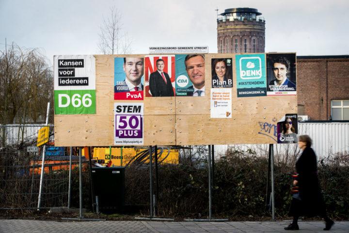 2017-02-05 16:58:51 UTRECHT - Posters van verschillende politieke partijen die deelnemen aan de Tweede Kamer verkiezingen op 15 maart zijn op een verkiezingsbord geplakt. ANP KOEN VAN WEEL