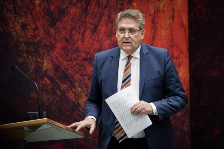 2016-11-08 21:35:15 DEN HAAG - Henk Krol (50Plus) tijdens het Tweede Kamerdebat over de uitslag van het Oekraine-referendum. ANP BART MAAT