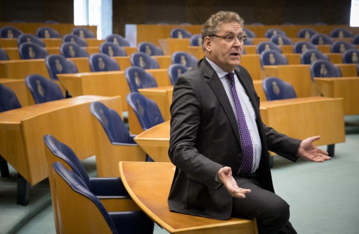 2017-01-17 14:36:39 DEN HAAG - Fractievoorzitter Henk Krol (50PLUS) in de Tweede Kamer tijdens het wekelijks vragenuurtje. ANP BART MAAT