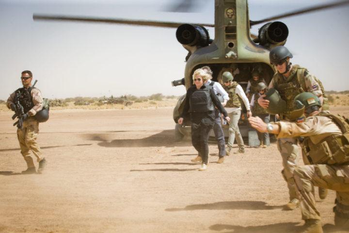 2017-02-07 12:10:12 GAO - Minister van Defensie Jeanine Hennis-Plasschaert en de president van de Algemene Rekenkamer, Arno Visser, tijdens een bezoek aan de Nederlandse Long Range Reconnasisance Patrol Task Group (LRRPTG) in Mali. Deze eenheid bestaat uit militairen van de Luchtmobiele Brigade en voert meerdaagse, lange-afstandspatrouilles uit om inlichtingen te verzamelen. ANP EVERT-JAN DANIELS