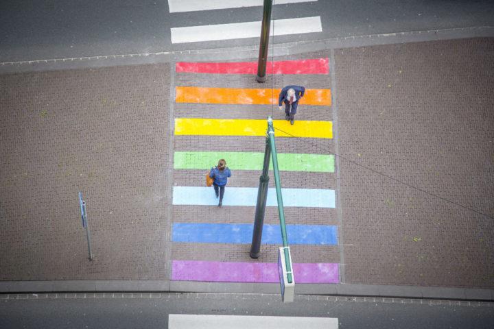 2016-05-27 09:30:21 DEN HAAG - Het langverwachte regenboogzebrapad ook wel 'gaybrapad' genoemd is eindelijk af. De kleurrijke oversteekplaats in de middenberm van de Bezuidenhoutseweg is vandaag afgemaakt. Op 10 juni zal het regenboogzebrapad officieel worden geopend. Naast de kleurrijke verschijning heeft het kersverse zebrapad ook een dieperliggende gedachte. Het is een plek waar iedereen letterlijk kan stilstaan bij sociale acceptatie van LHBT'ers: dat staat voor lesbiennes, homo's biseksuelen en transgenders. Het regenboogzebrapad is aangelegd op verzoek van D66, Groep de Mos/OPDH en VVD. Arjen Lakerveld van de VVD: 'De acceptatie van LHBT's is absoluut geen vanzelfsprekendheid en heeft blijvende aandacht nodig.íBron Omroep west..NOVUM COPYRIGHT LAURENS VAN PUTTEN