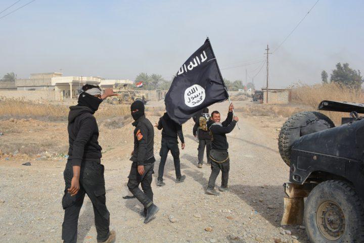 Iraakse troepen zwaaien met een IS-vlag bij de inname van Dayala in januari 2015 - Foto: AFP
