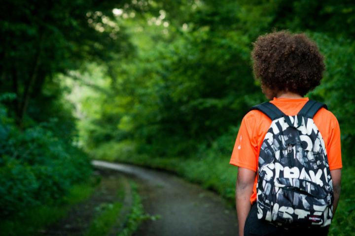 2014-05-12 00:00:00 ILLUSTRATIE - Een jongen loopt door een park. Asielkinderen die niet in aanmerking komen voor de regeling voor het kinderpardon moeten Nederland verlaten. ANP XTRA ROOS KOOLE