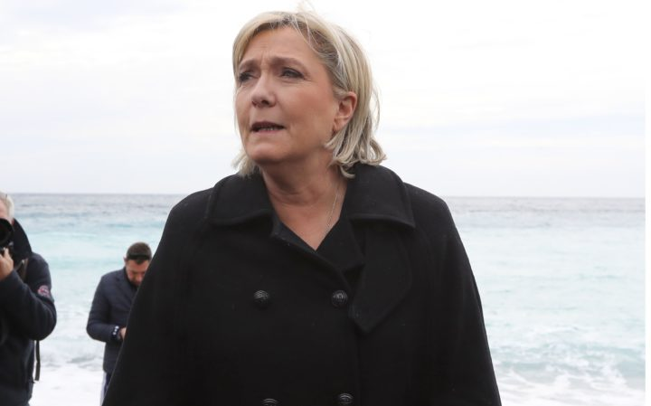 2017-02-13 11:08:09 French presidential election candidate for the far-right Front National (FN) party Marine Le Pen (C), walks on the beach as she visits Nice, southeastern France, on February 13, 2017. / AFP PHOTO / VALERY HACHE