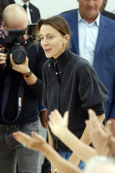 2016-10-02 13:27:17 epa05566586 British designer Phoebe Philo acknowledges the public after her Spring/Summer 2016 Ready to Wear collection show for Celine during the Paris Fashion Week, in Paris, France, 02 October 2016. The presentation of the Women's collections runs from 27 September to 05 October. EPA/ETIENNE LAURENT
