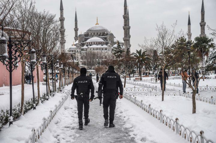 Politie patrouilleert bij de Blauwe Moskee in het toeristische hart van Istanbul - Foto: AFP