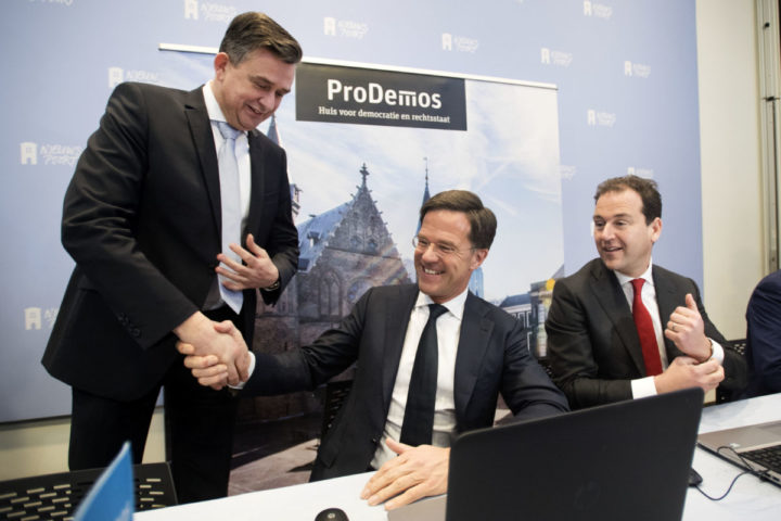 2017-02-06 13:04:38 DEN HAAG - VVD-leider Mark Rutte begroet Roemer van de SP bij het invullen van de StemWijzer. De bezoeker van de website kan na het invullen van de kiezershulp zien met welke partij hij de meeste overeenkomsten heeft. Rechts Asscher van de PVDA. ANP OLAF KRAAK
