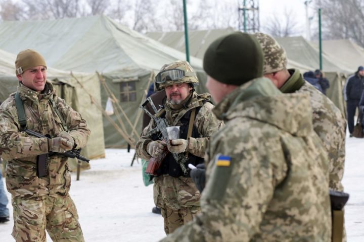 2017-02-01 09:51:14 Ukrainian servicemen drink a tea to warm up in the town of Avdiivka on February 1, 2017 as government forces and Russian-backed separatists exchanged mortar and rocket fire for a fourth day around the flashpoint eastern town of Avdiivka just north of the rebels' de facto capital Donetsk. The death toll from the latest escalation in fighting in Ukraine rose to 19 on February 1 as international alarm rang out over the spike in bloodshed in the European Union's back yard. / AFP PHOTO / Aleksey FILIPPOV