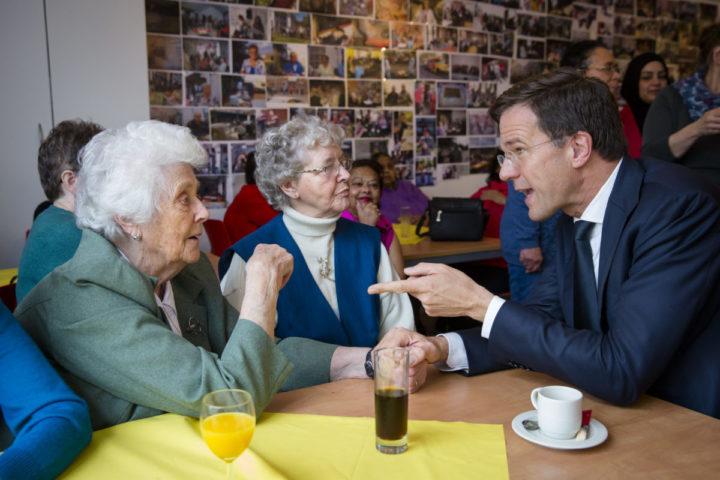 2016-03-23 12:53:17 DEN HAAG - Minister-president Mark Rutte opent een ontmoetingsruimte voor senioren uit het complex Christiaanhof. De ruimte zit in een nieuw pand van Stichting Christiaanhof Ouderenzorg Transvaal. ANP BART MAAT