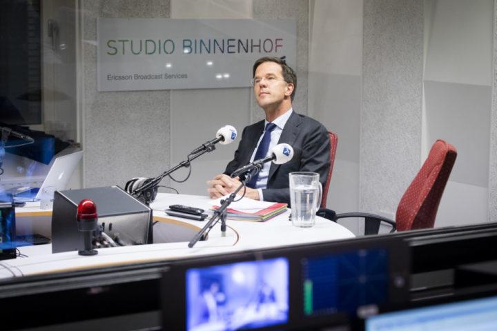 2017-02-22 18:33:02 DEN HAAG - Premier Mark Rutte bij het radioprogramma Dit is de Dag van Radio 1. Rutte reageert hier op het lek bij de Dienst Bewaken en Beveiligen (DBB). ANP BART MAAT