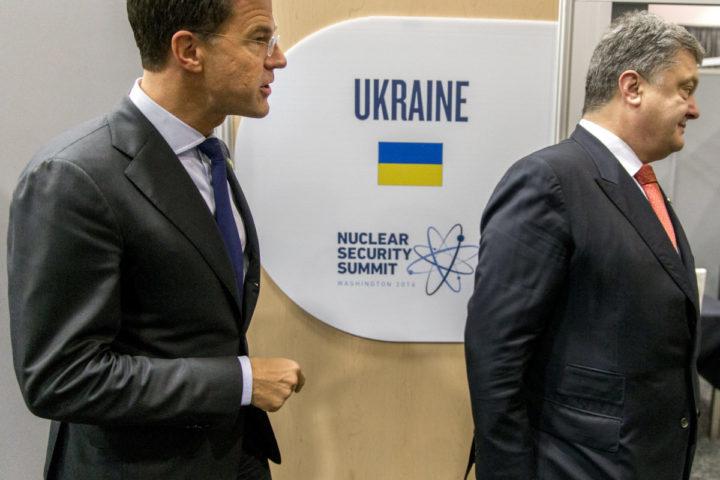 2016-04-01 15:41:21 WASHINGTON - Premier Mark Rutte heeft een overleg met President van Oekra•ne Petro Poroshenko tijdens de Nuclear Security Summit (NSS) in Washington. ANP JERRY LAMPEN