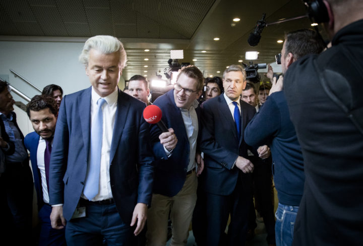 2017-02-21 14:49:22 DEN HAAG - (VLNR) PVV-fractievoorzitter Geert Wilders, politiek verslaggever Jair Ferwerda (JINEK)en Sybrand Buma (CDA) tijdens het vragenuur in de Tweede Kamer. ANP BART MAAT