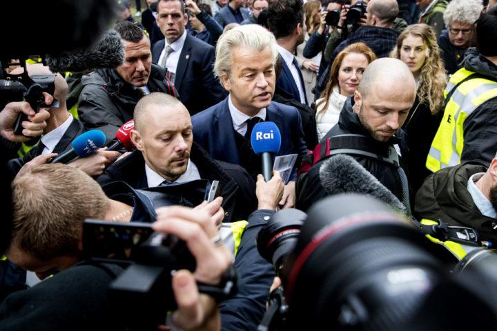 2017-02-18 00:00:00 SPIJKENISSE - Media verdringen zich rond PVV-leider Geert Wilders die flyers uitdeelt in het centrum van Spijkenisse. De Partij voor de Vrijheid trapt hier de campagne voor de Tweede Kamerverkiezingen af. ANP KOEN VAN WEEL