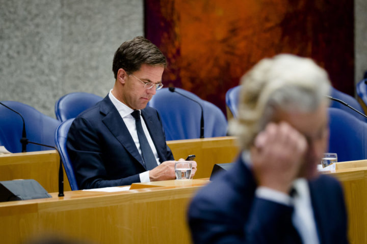 2016-06-27 20:27:57 DEN HAAG - Premier Mark Rutte en PVV-fractievoorzitter Geert Wilders (voorgrond) tijdens een overleg in de plenaire zaal van de Tweede Kamer over het onverwachte besluit van de Britten om te kiezen voor een brexit. ANP BART MAAT