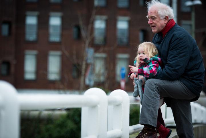 2014-01-28 11:40:44 DEN HAAG - De pas gepensioneerde Jac voert samen met zijn kleindochter de eendjes, tijdens zijn vaste oppasdag. ANP XTRA ROOS KOOLE