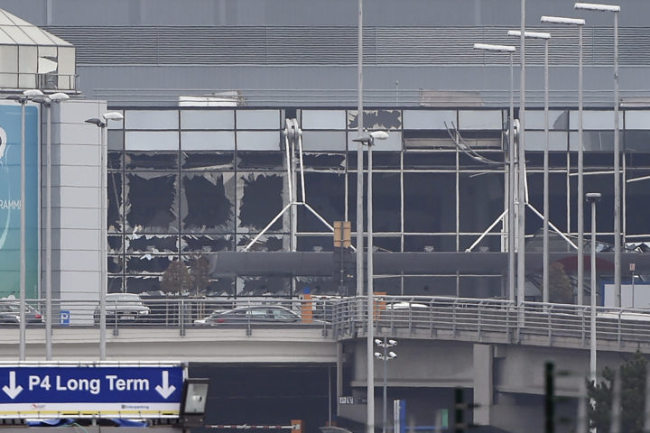 2016-03-22 11:32:11 (FILES) This file photo taken on March 22, 2016 shows the damaged facade of Brussels airport in Zaventem after at least 13 people were killed and 35 injured as twin blasts rocked the main terminal of Brussels airport. The jihadist commando which attacked Brussels' airport on March 22, 2016 targeted mainly Americans passengers and also probably Jews, learned the AFP from corroborative sources that follow the investigation carried out in Belgium. / AFP PHOTO / JOHN THYS