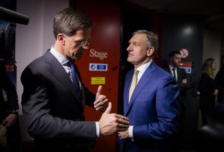 2017-03-06 00:01:45 AMSTERDAM - (VLNR) Premier Mark Rutte en Sybrand Buma (CDA) na afloop van het Carre debat, het tweede televisiedebat van RTL in aanloop naar de Tweede Kamerverkiezingen. ANP BART MAAT
