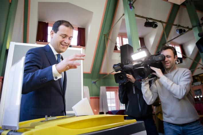Verkiezingen: Asscher brengt zijn stem uit