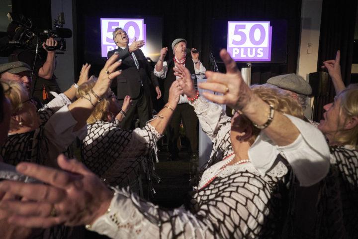 2017-03-15 23:04:55 HILVERSUM - Henk Krol wordt toegezongen door het Amsterdams Volkskoor tijdens de 50Plus verkiezingsavond na de Tweede Kamerverkiezingen. ANP MARTIJN BEEKMAN