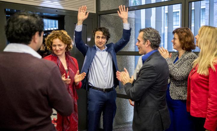 Jesse Klaver neemt applaus in ontvangst van zijn fractie daags na de Tweede Kamerverkiezingen - bron:ANP