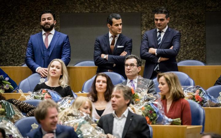 2017-03-23 13:08:37 DEN HAAG - (VLNR) DENK-kamerleden Farid Azarkan, Selcuk Ozturk en Tunahan Kuzu staan uit protest achter hun zetel tijdens de installatie van de nieuwe Kamerleden na de Tweede Kamerverkiezingen. ANP BART MAAT