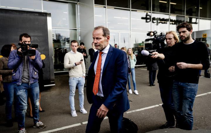 2017-03-26 12:19:36 SCHIPHOL - Bondscoach Danny Blind bij aankomst op Schiphol daags na de verloren WK-kwalificatiewedstrijd tegen Bulgarije. ANP ROBIN VAN LONKHUIJSEN
