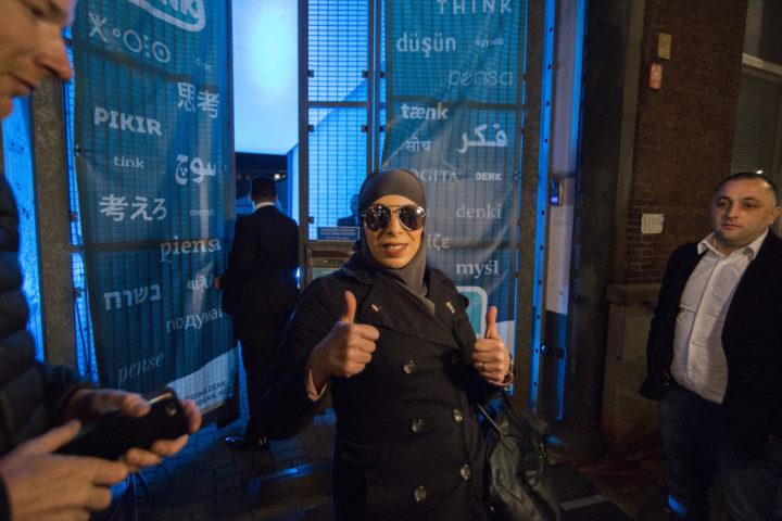 Een aanhanger van DENK bij de uitslagenavond van de partij in Rotterdam - Foto: ANP