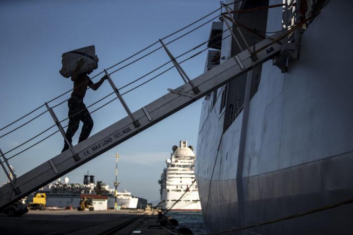 2016-10-06 23:15:04 ORANJESTAD - Mariniers zijn bezig met het beladen van hulpgoederen. De Nederlandse marine is op weg naar HaIti om daar noodhulp te verlenen. De Nederlanders richten zich vooral op hulpverlening in het zuidwesten van het eiland, dat zwaar werd getroffen door orkaan Matthew. ANP HANDOUTS DEFENSIE **NO ARCHIVES / NO SALES / EDITORIAL USE ONLY**