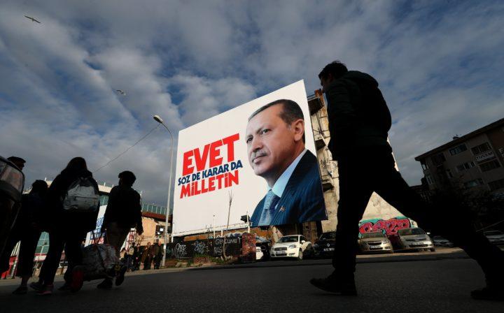 Campagneposter voor Erdogans referendum in Turkije - Foto: AFP