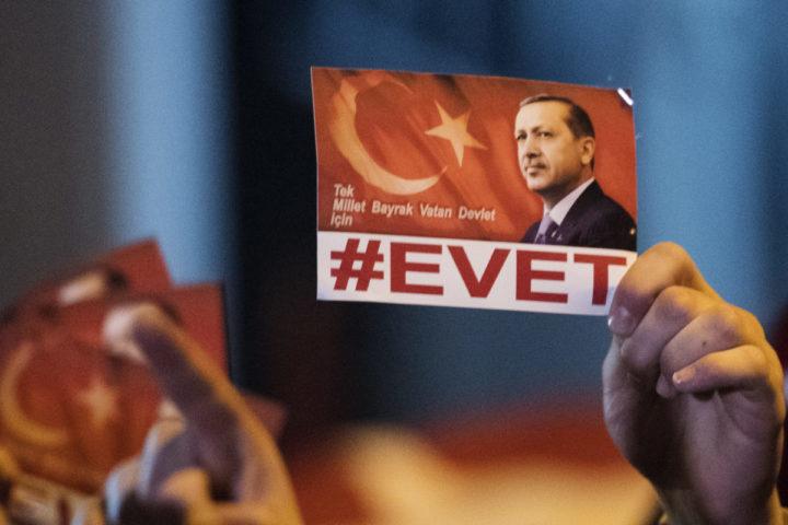 2017-03-11 22:49:12 ROTTERDAM - Turken demonstreren bij het Turkse consulaat aan de Westblaak. Minister Fatma Betul Sayan Kaya van Familiezaken werd daar de toegang tot het consulaat geblokkeerd. De Turkse bewindsvrouw wilde daar een toespraak houden over het Turkse referendum. ANP MARTEN VAN DIJL
