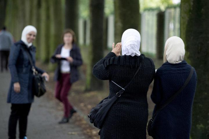 2015-09-16 00:00:00 WEERT - Asielzoekers arriveren bij de Van Horne Kazerne. De gemeenteraad van Weert is akkoord gegaan met de komst van duizend asielzoekers voor de komende vijf jaar. ANP MARCEL VAN HOORN