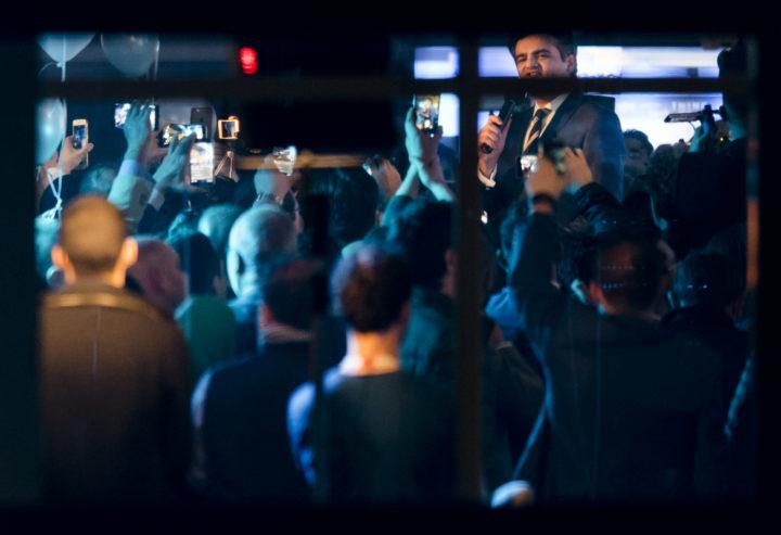 2017-03-15 23:35:02 ROTTERDAM - Lijsttrekker Tunahan Kuzu spreekt de aanwezigen toe in het partijkantoor van DENK waar hij met partijgenoten de exitpolls volgt na afloop van de Tweede Kamerverkiezingen. ANP MARCO DE SWART