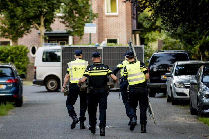2016-07-05 21:11:05 BILTHOVEN - Agenten verplaatsen hekken bij het huis van Koen Everink voorafgaand aan de reconstructie van de moord op de zakenman. ANP ROBIN VAN LONKHUIJSEN