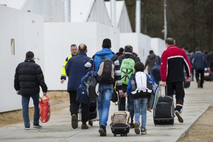 2016-03-23 10:06:45 NIJMEGEN - Vluchtelingen vertrekken van de tijdelijke noodopvang Heumensoord. De grootste noodopvanglocatie van Nederland moet op 2 mei leeg zijn. Alle ongeveer 3000 bewoners moeten voor die tijd ergens anders worden ondergebracht. ANP PIROSCHKA VAN DE WOUW
