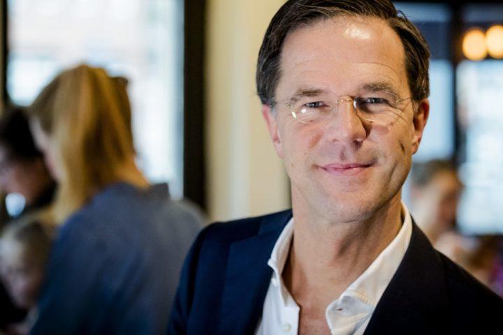 2016-12-21 11:07:23 DEN HAAG - Portret van Mark Rutte, fractievoorzitter en lijsttrekker van de Volkspartij voor Vrijheid en Democratie (VVD) in zijn favoriete koffiezaak aan de Korte Poten. ANP ROBIN VAN LONKHUIJSEN