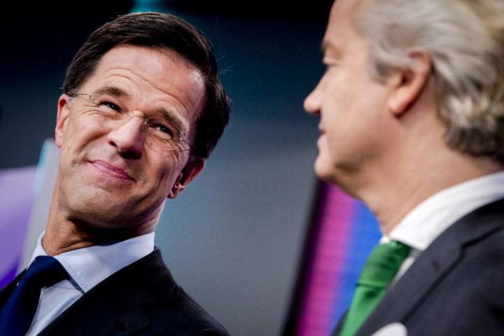2017-03-07 16:42:53 HILVERSUM - Lijsttrekker Mark Rutte (VVD) en Geert Wilders (PVV) tijdens de politieke spelletjesavond van het NOS Jeugdjournaal. De lijsttrekkers van de zes grotere partijen in de huidige Tweede Kamer beantwoordden, aan de hand van gezelschapsspellen, vragen over politieke onderwerpen. ANP REMKO DE WAAL
