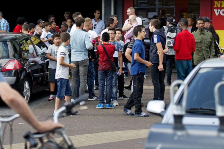 2016-09-09 15:34:19 ZAANDAM - Belangstellende tijdens het bezoek van burgemeester Geke Faber aan de Vomar supermarkt in de wijk Poelenburg, naar aanleiding van problemen met hangjongeren de week. FOTO ANP OLAF KRAAK