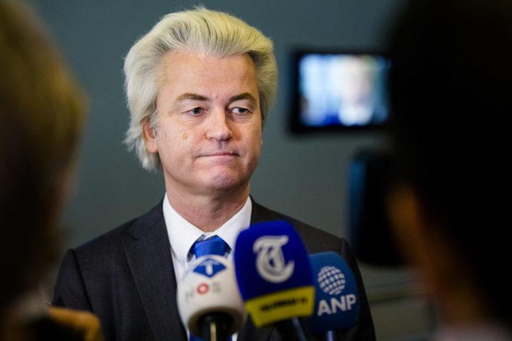 2017-03-22 11:23:40 DEN HAAG - PVV-leider Geert Wilders staat de pers te woord bij de patatbalie in de Tweede Kamer. Hij geeft een toelichting op zijn tweede gesprek met verkenner Edith Schippers. ANP BART MAAT