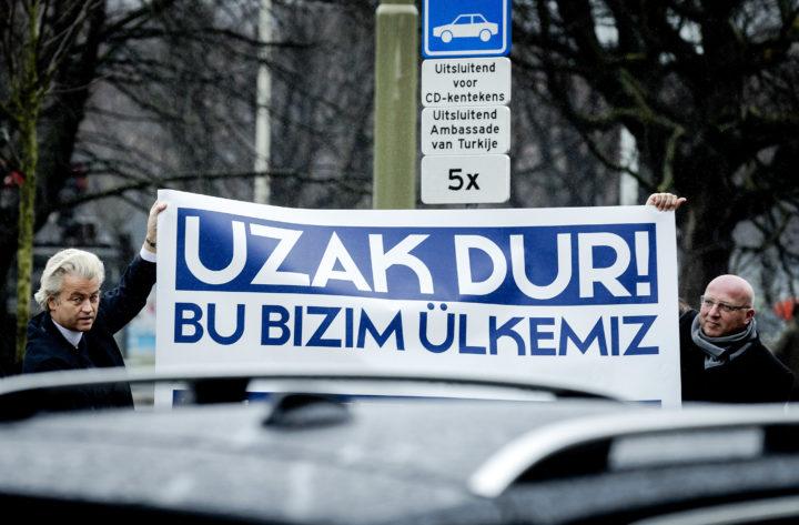 2017-03-08 10:59:38 DEN HAAG - PVV-lijsttrekker Geert Wilders voert actie bij de Turkse ambassade. De protestactie is gericht tegen de campagne die de Turkse regering in Nederland wil houden. ANP ROBIN VAN LONKHUIJSEN