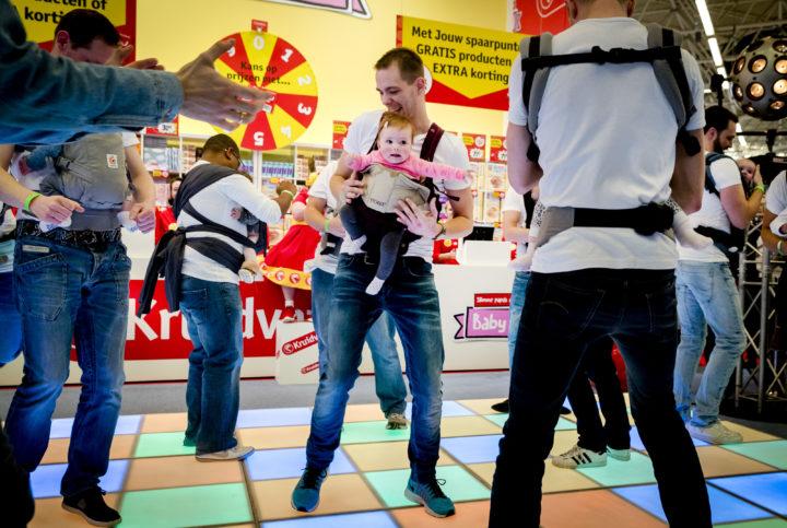 2017-02-22 10:53:35 AMSTERDAM - Vaders dansen met hun baby's en peuters tijdens de opening van de Negenmaandenbeurs. Acht dagen lang is in de Rai te zien wat er te koop is voor (aanstaande) moeders, vaders en kinderen. ANP REMKO DE WAAL