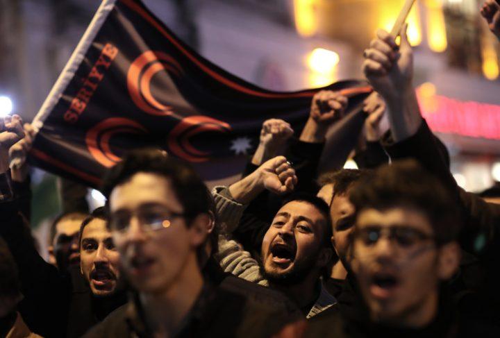 Protesten bij het Russische Consulaat in Istanbul, na de aanvallen met chemische wapens. Foto; epa