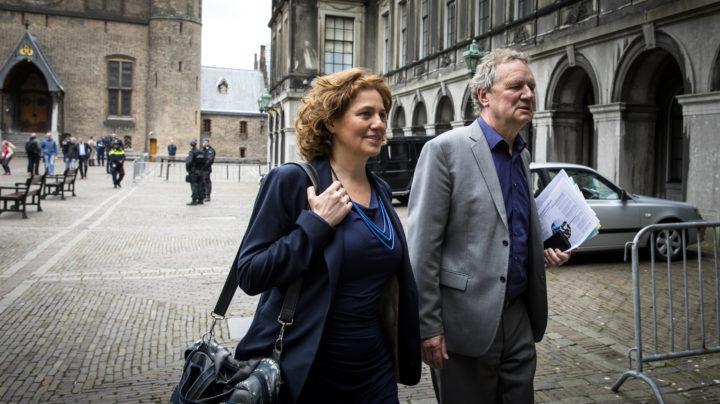2017-04-12 12:21:14 DEN HAAG - (VLNR) Kathalijne Buitenweg (Groenlinks) en Bram van Ojik (Groenlinks) op het Binnenhof, na afloop van een gesprek met informateur Edith Schippers. ANP BART MAAT