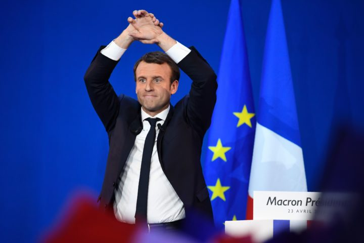 2017-04-23 22:32:25 TOPSHOT - French presidential election candidate for the En Marche ! movement Emmanuel Macron raises the arms at the Parc des Expositions in Paris, on April 23, 2017, after the first round of the Presidential election. / AFP PHOTO / Eric FEFERBERG