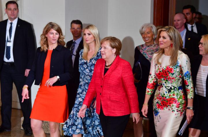 2017-04-25 13:01:02 BERLIJN - Koningin Maxima (R) arriveert met de Duitse Bondskanselier Angela Merkel (2R), Stephanie Bschorr (L) en Ivanka Trump (2L), de dochter van de Amerikaanse president Donald Trump, voor aanvang van een paneldiscussie over de economische positie van vrouwen tijdens de Women20 Summit van de G20. ANP ROYAL IMAGES ROBIN UTRECHT **NETHERLANDS ONLY**