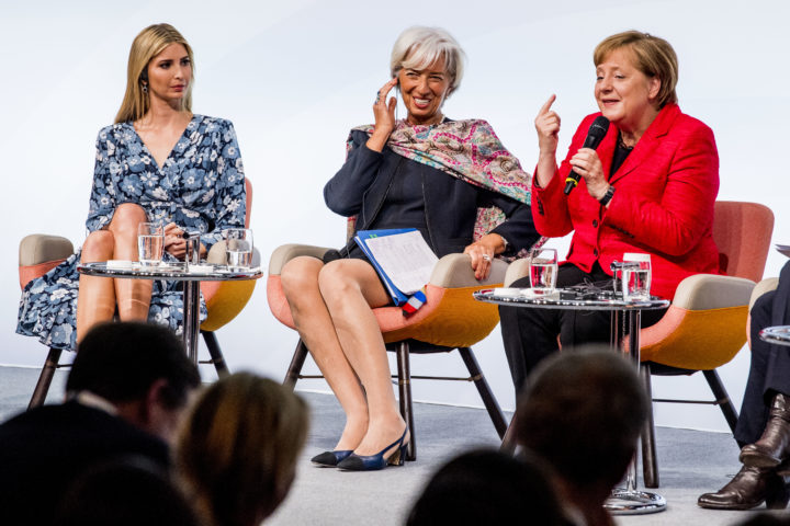 2017-04-25 14:00:48 BERLIJN - Ivanka Trump (L), de dochter van de Amerikaanse president, Christine Lagarde, directeur van het IMF (M) en de Duitse Bondskanselier Angela Merkel (R) tijdens een paneldiscussie over de economische positie van vrouwen tijdens de Women20 Summit van de G20. ANP ROYAL IMAGES ROBIN UTRECHT **NETHERLANDS ONLY**