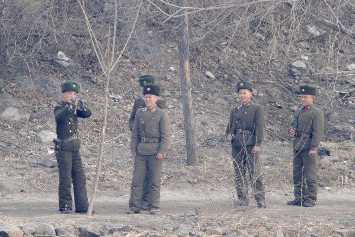 Noord-Koreaanse militairen gezien van Chinese kant van de grens, 4 april